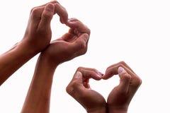 Manos con los corazones en un aislamiento blanco del fondo, el concepto de amor y relaciones imagen de archivo libre de regalías