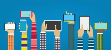 Manos con los teléfonos Manos de la interacción usando apps móviles Concepto para el web y el móvil