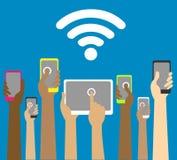 Manos con los teléfonos y las tabletas con wi fi imagenes de archivo