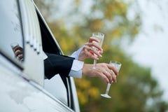 Manos con los vidrios de champán Fotos de archivo