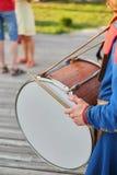 manos con palillos del tambor y un tambor grande fotografía de archivo