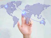 Manos con reparto del correo del mundo en correspondencia de mundo Imagen de archivo libre de regalías