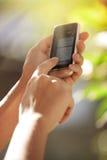 Manos con smartphone Foto de archivo