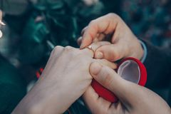Manos con un anillo imagen de archivo libre de regalías