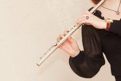 Manos con un instrumento musical Fotos de archivo libres de regalías