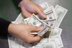 Manos control y cuenta de dólar billetes de banco imágenes de archivo libres de regalías