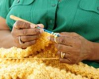 Manos Crocheting Fotos de archivo libres de regalías