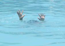 Manos de ahogar al muchacho Imagen de archivo
