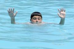 Manos de ahogar al muchacho Fotos de archivo libres de regalías
