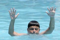 Manos de ahogar al muchacho Foto de archivo libre de regalías