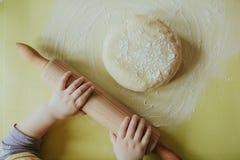 Manos de cocinar a niños Fotos de archivo