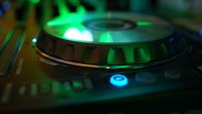 Manos de DJ en cubierta del equipo almacen de video
