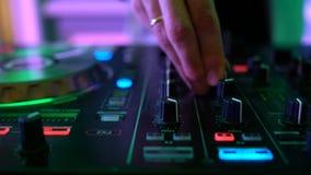 Manos de DJ en cubierta del equipo almacen de metraje de vídeo