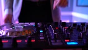 Manos de DJ en cubierta del equipo metrajes