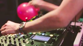 Manos de DJ en el equipo almacen de video
