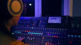Manos de DJ femenino en las pistas de mezcla de mezcla de la consola al disco almacen de metraje de vídeo