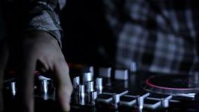 Manos de DJ que mezcla el mezclador CD de las pistas de la música en vídeo del lazo del club nocturno almacen de metraje de vídeo
