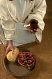 Manos de Jesús que llevan a cabo la comunión Fotos de archivo