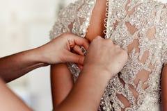 Manos de la ayuda de las muchachas a la novia Imagenes de archivo
