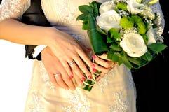 Manos de la boda con el ramo Fotografía de archivo