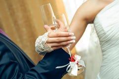 Manos de la boda con los vidrios del champán Imagen de archivo libre de regalías