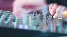 Manos de la cabina de DJ almacen de video