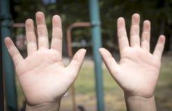 Manos de la chica joven/de las hembras en un patio fotografía de archivo libre de regalías