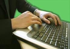 Manos de la computadora portátil con un hombre de negocios imagenes de archivo