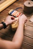 Manos de la cosecha que adornan el presente Foto de archivo libre de regalías
