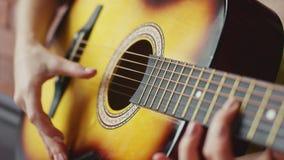 Manos de la cosecha que tocan la guitarra almacen de video