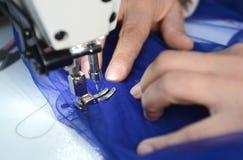 Manos de la costurera en la máquina de coser Fotografía de archivo libre de regalías