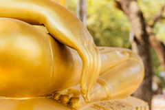 Manos de la estatua de Buda en el fondo Buda de la naturaleza Imágenes de archivo libres de regalías