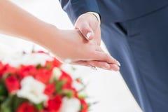 Manos de la explotación agrícola de los pares de la boda Fotos de archivo