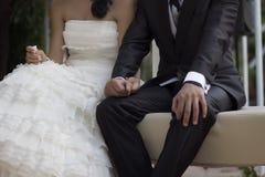 Manos de la explotación agrícola de los pares de la boda Foto de archivo
