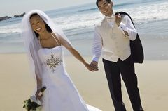 Manos de la explotación agrícola de novia y del novio Fotografía de archivo libre de regalías