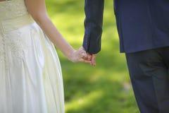 Manos de la explotación agrícola de novia y del novio Fotos de archivo libres de regalías