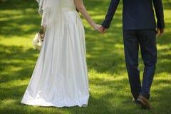 Manos de la explotación agrícola de novia y del novio Fotos de archivo