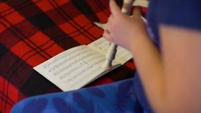 Manos de la flauta practicante de la muchacha almacen de video