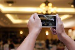 Manos de la gente no identificada que toma la foto del partido de cena con el teléfono elegante móvil Imágenes de archivo libres de regalías