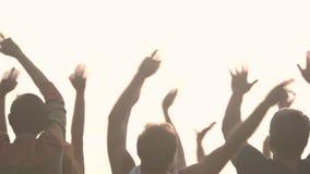 Manos de la gente que disfruta de música en directo al aire libre almacen de metraje de vídeo