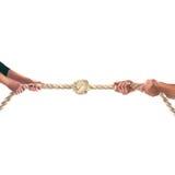 Manos de la gente que tira de la cuerda en el fondo blanco Concepto de la competición Fotos de archivo