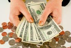 Manos de la hembra con 100 cuentas de dólar americano Imagen de archivo libre de regalías