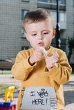 Manos de la limpieza del muchacho en parque Imagen de archivo libre de regalías