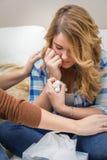 Manos de la madre que consuelan el griterío adolescente triste de la hija Imagen de archivo