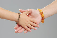 Manos de la madre y de la hija del concepto de familia junto Foto de archivo libre de regalías