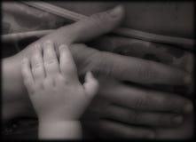 Manos de la madre y del bebé Fotos de archivo libres de regalías
