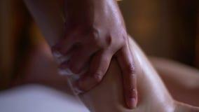 Manos de la masajista, masaje del pie almacen de video
