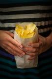 Manos de la muchacha con las patatas a la inglesa de patata recién hechas Imágenes de archivo libres de regalías