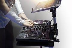 Manos de la muchacha de DJ en placa giratoria Foto de archivo libre de regalías