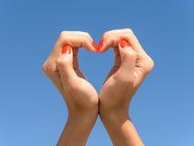 Manos de la muchacha en forma del corazón Imagen de archivo
